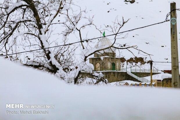 روستاهای کمران و گوکان فریدونشهر درمحاصره برف، برف روبی ادامه دارد