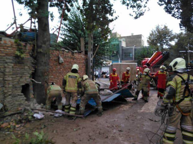 ریزش ساختمان قدیمی در تهران؛ حداقل 3 نفر محبوس هستند