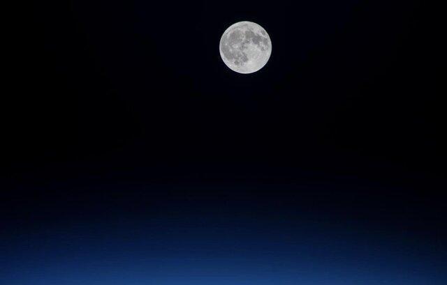 درخشش ماه کامل در فضا